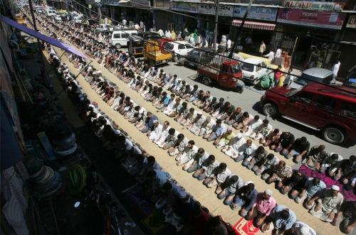 kashmiri muslim offer prayer on a street