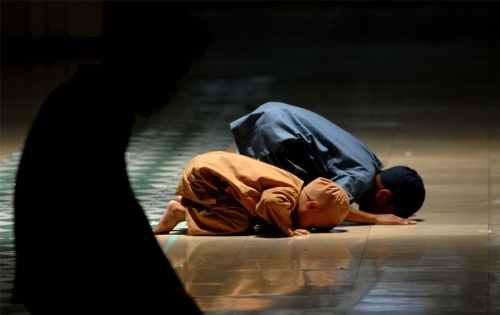 muslim children pray