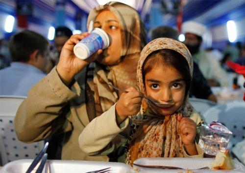 muslim family eats
