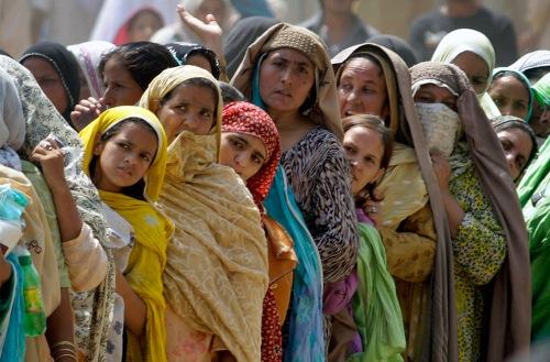 pakistani women line up